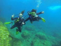 Instructor y alumna en curso Open Water Diver