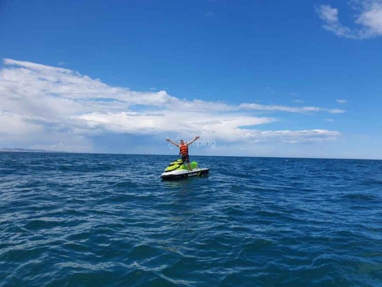 骑摩托车在海中水