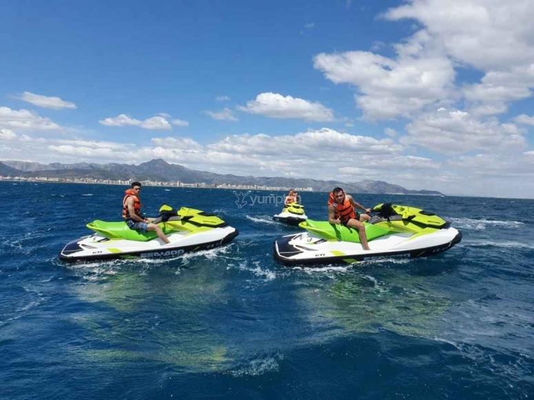 乘坐奥利瓦(Oliva)的摩托艇