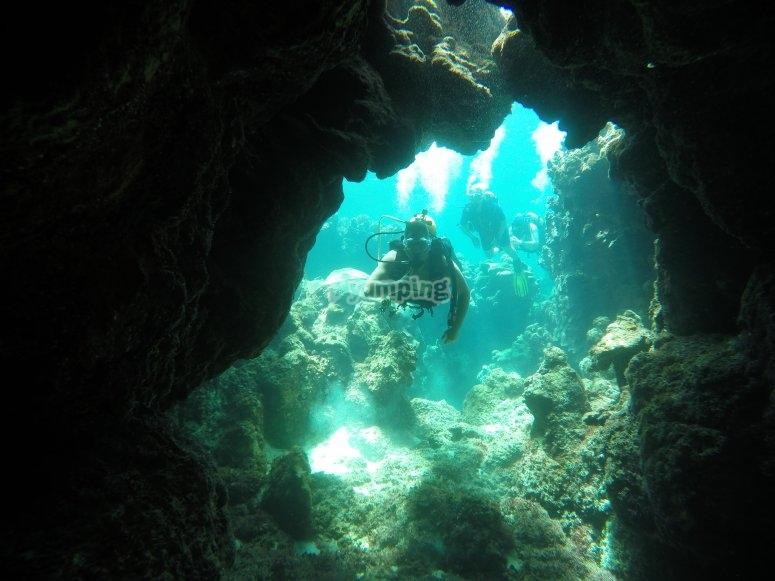 在山洞潜水