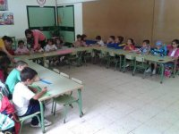 ninos sentados atendiendo en clase