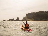 Remando hacia los acantilados de la costa vasca
