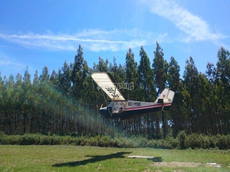 在拉科鲁尼亚海岸的飞机控制下起飞