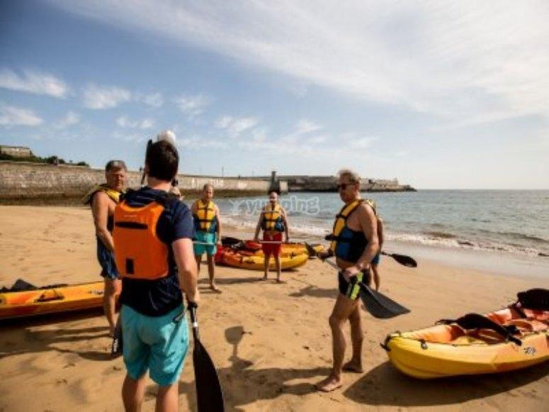 Instantes previos a disfrutar de un paseo en kayak por aguas vascas