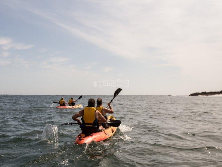 Navegando en kayak por la costa vizcaína