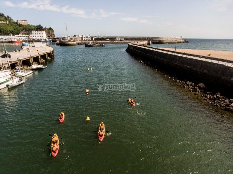 kayaks en las aguas tranquilas de Ondarroa