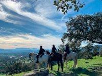 穿过山谷的马由Lozoya