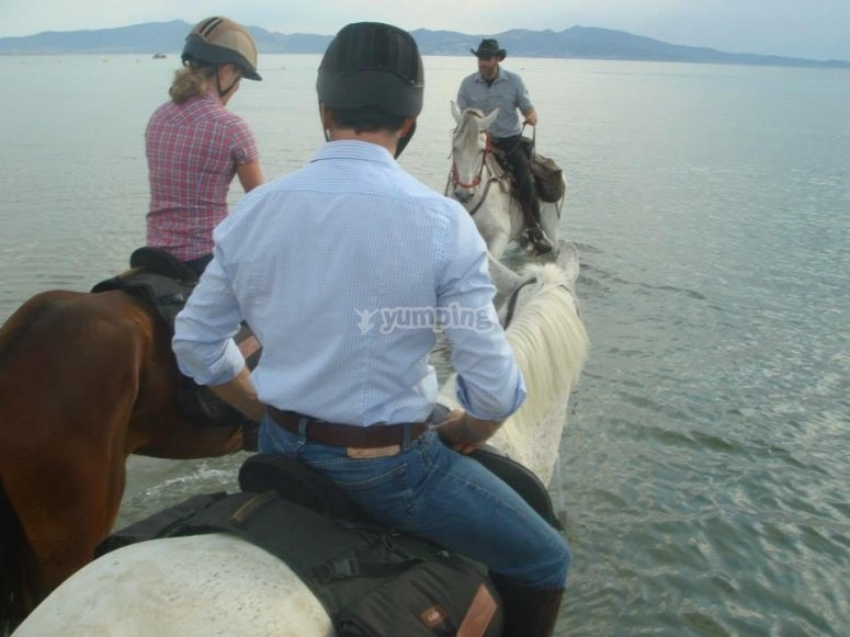 Monitor y excursionistas a caballo