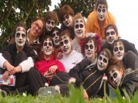 grupo de jovenes con las caras pintadas de raton