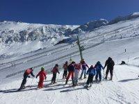 Alumnos en la pista de esqui