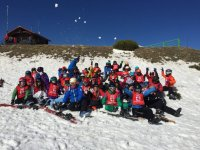 Grupo de jovenes esquiadores