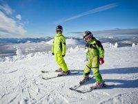 Jovenes esquiadores aprendiendo