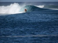 Agazapado en el tubo de la ola