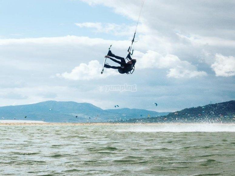 Practicar kitesurf en grupo Tarifa