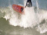 男子在海上风筝板