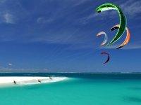 几个人练风筝冲浪在海练风筝冲浪