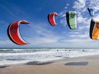 几个人练风筝冲浪在海上风筝冲浪