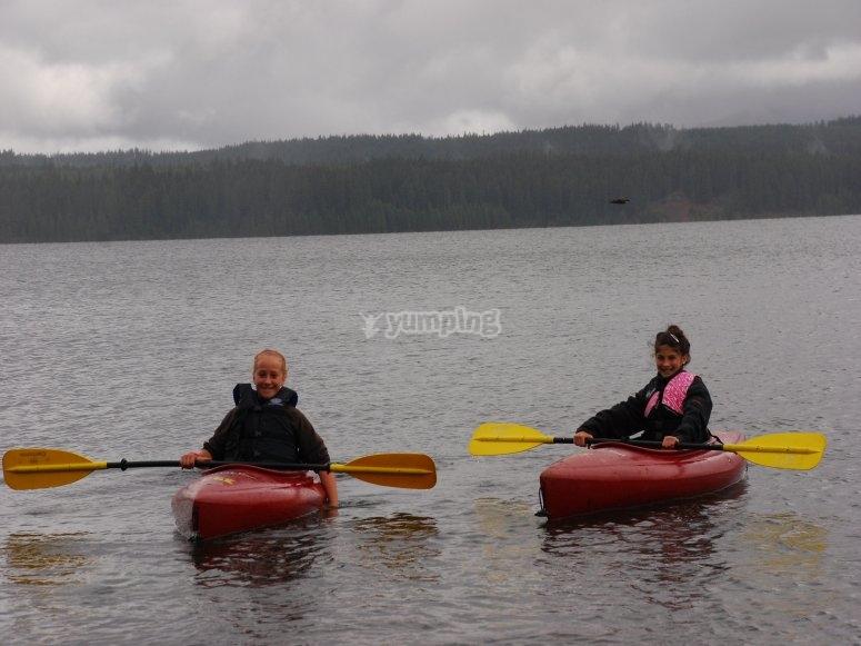 在独木舟享受Roquetas