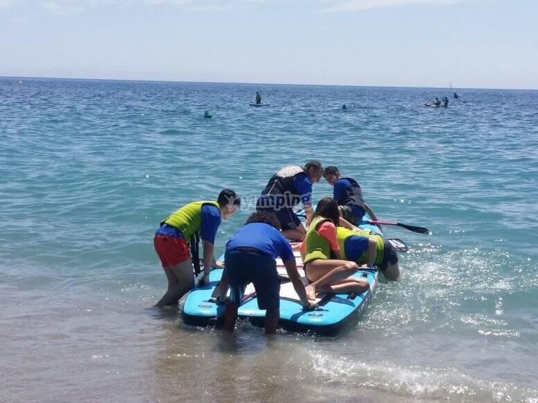 上,划桨冲浪更好,在团体中