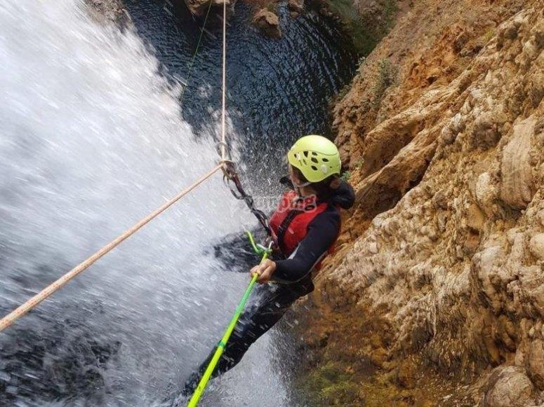 Rapelando en la cascada