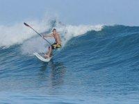 人赶上了一波一边练习桨冲浪桨人练