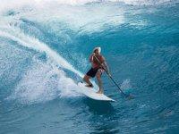 hombre practicando paddle surf