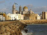 的斯大教堂背景日落海岸的栏杆