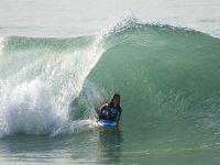mujer practicando surf en el mar