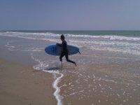 海儿在沙滩上冲浪板运行