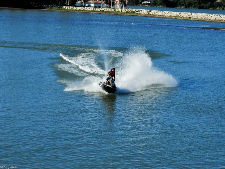Rompiendo el mar con tu jet ski