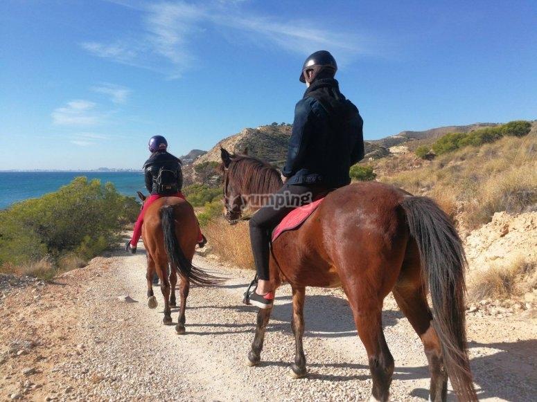 穿过Villajoyosa的骑马
