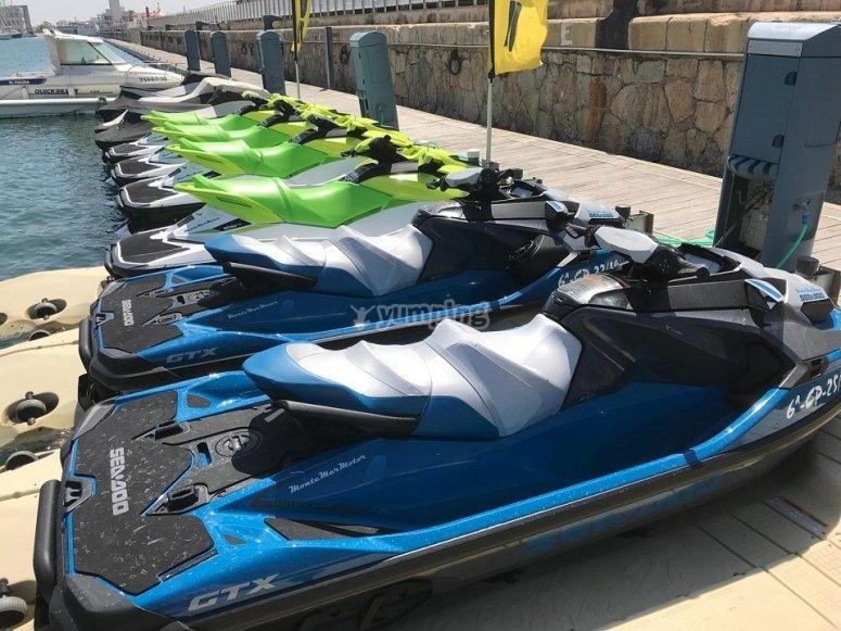 La nostra flotta di moto d'acqua pronta per un percorso lungo la Costa Blanca