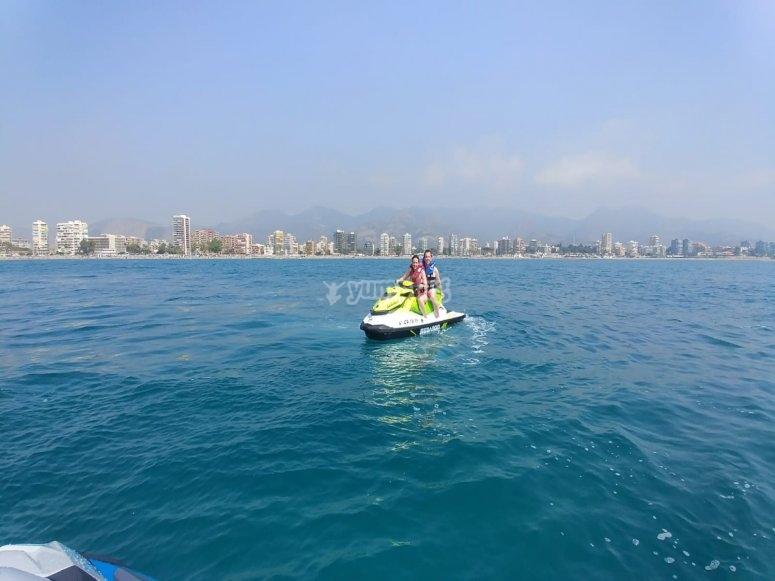 Moto biplaza surcando los mares de la costa del Azahar