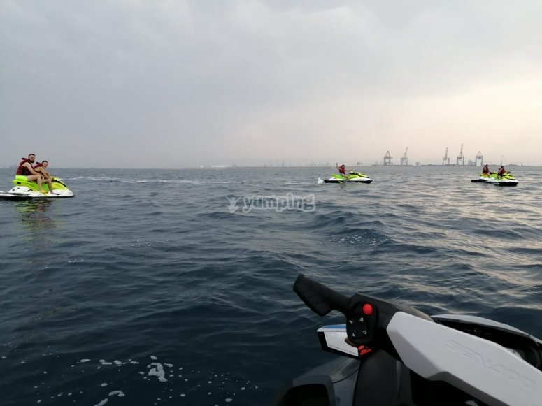 Divertimento con gli amici su moto d'acqua