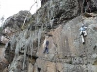 两名男子攀爬