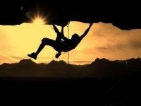 男子攀爬日落