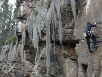 男子攀爬垂直墙