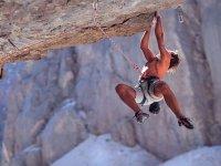 男子攀爬绳索
