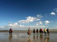 沿着海边骑马