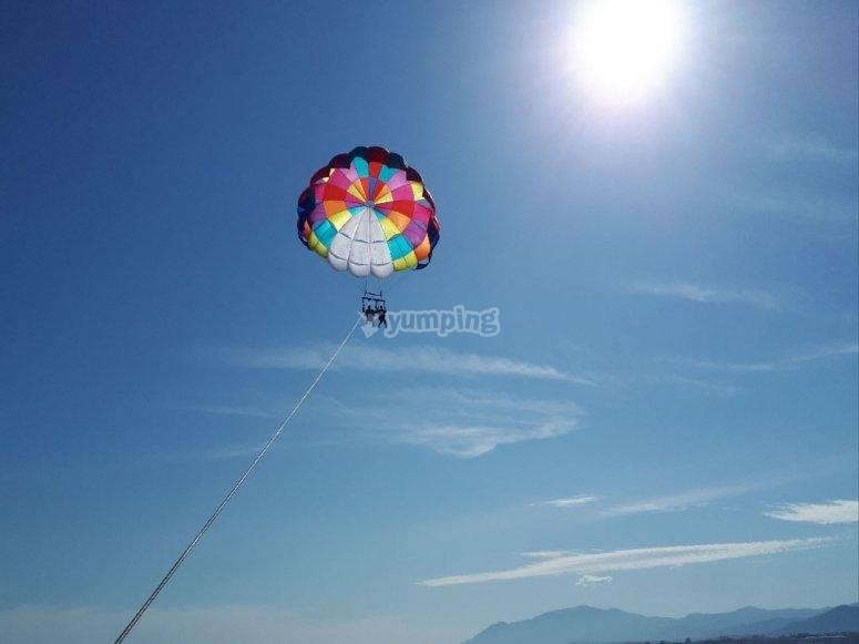 在加泰罗尼亚海岸滑翔伞