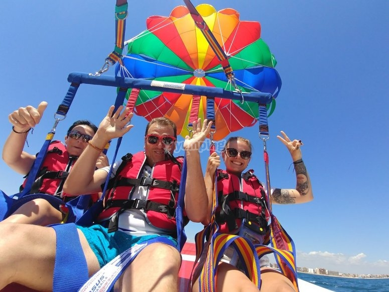 与朋友一起滑翔伞飞行