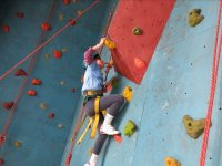Nina escalando en rocodromo