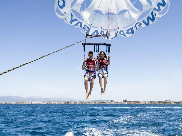 Volando en parascending en Mallorca