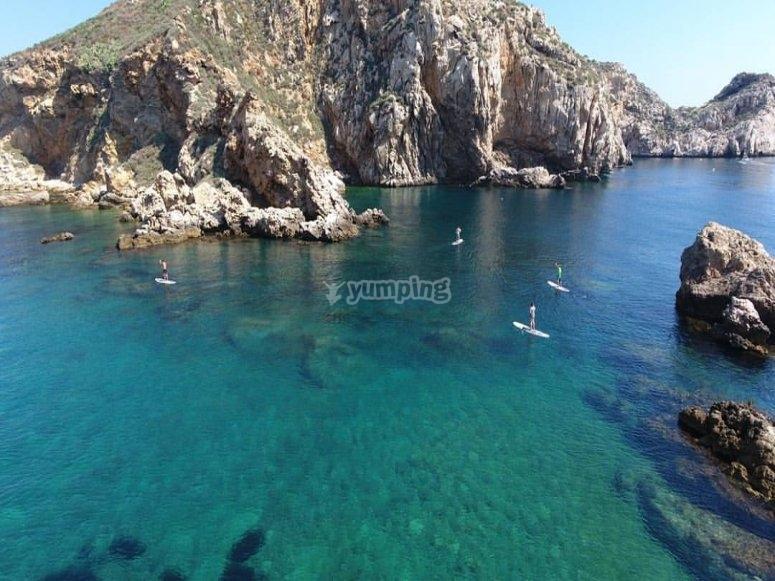双体船穿越Medes群岛