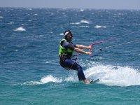 在塔里法角做风筝冲浪的壮观跳跃