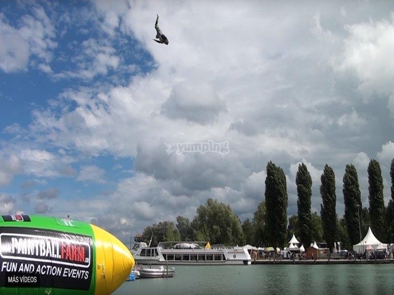 Salto fino a 10 metri nel salto di blob