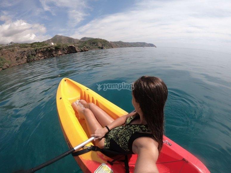 Vista panorámica de las playas de Nerja en kayak