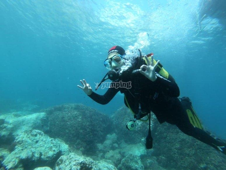 Alumno de buceo durante la inmersión