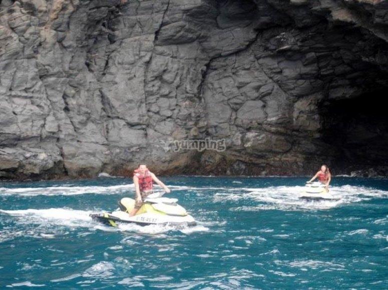 上乘坐摩托艇的一天-在特内里费岛