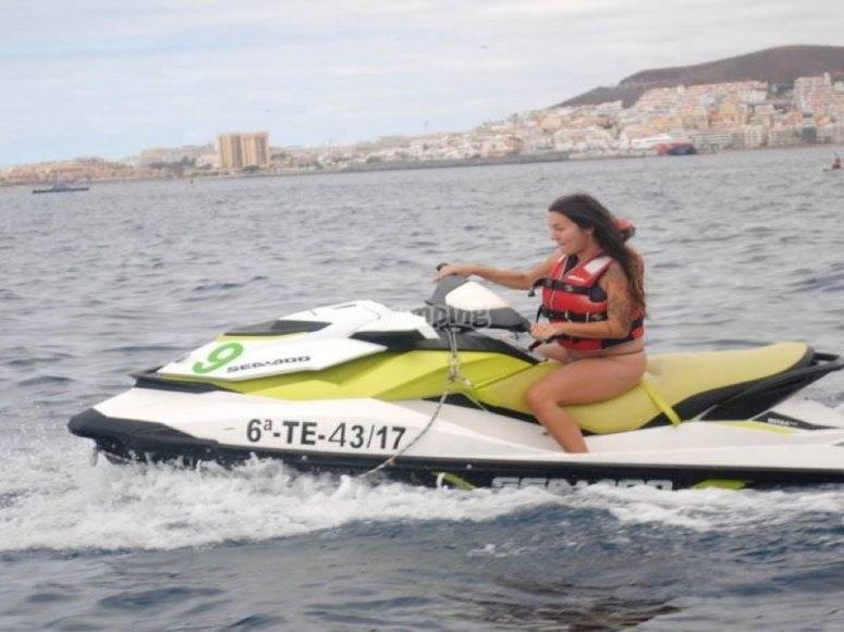 上乘坐摩托艇燃烧的汽油享受大西洋喷气滑雪